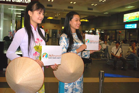Girls in ao dai welcome VIP tourists