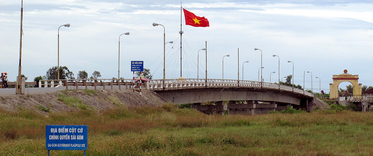 Hien Luong Bridge across Ben Hai River